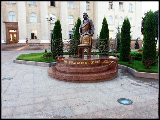 Встановлення пам'ятника О.М.Пашутіну по вул..К.Маркса, 41 біля будинку Кіровоградської міської ради у м.Кіровограді та благоустрій прилеглої території